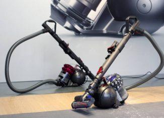 Exposition de deux aspirateurs Dyson lors du lancement d'un nouveau modèle traineau