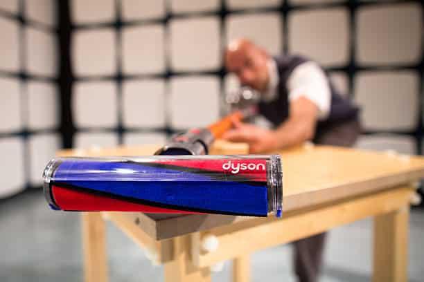 Zoom sur la brosse Dyson d'un aspirateur balai